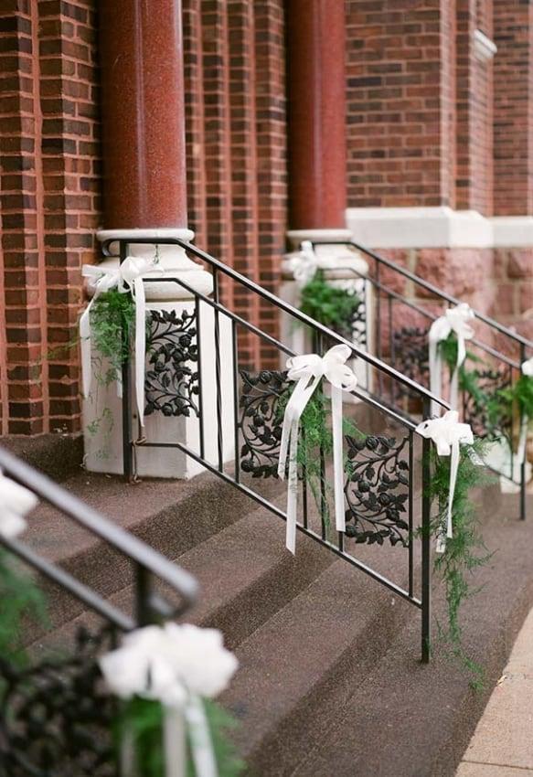 Decoração singela para igreja com flores e laços