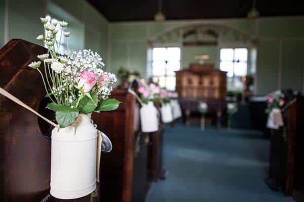 Flores em potes simples na igreja