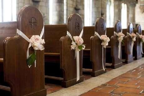 Flores nos bancos em igreja rústica