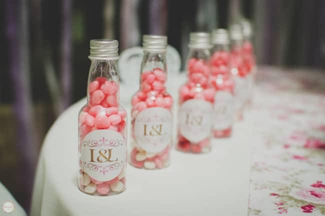 Garrafinhas com doce de lembrancinha de noivado