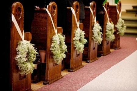 Guirlandas de flores nos bancos da igreja