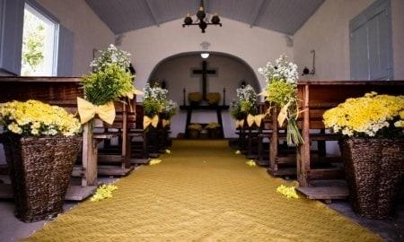 Igreja com cestos de vime para casamento