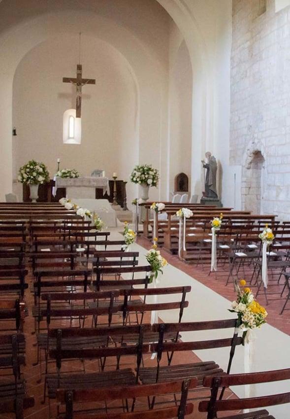 Igreja com decoração de flores amarelas