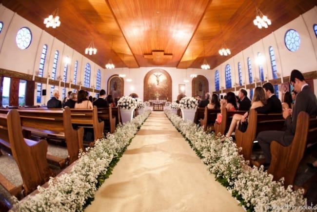 Igreja com decoração de flores brancas no chão