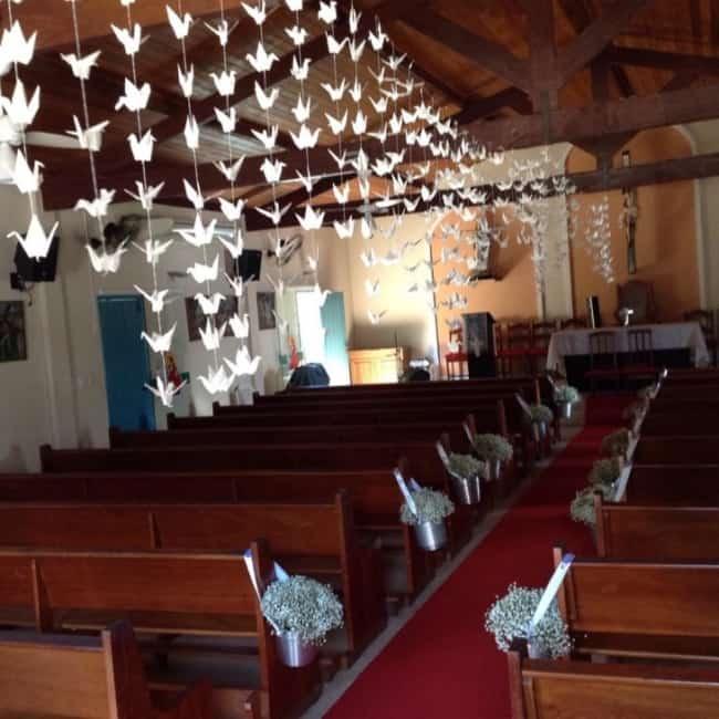 Igreja com decoração de flores e pássaros de papel