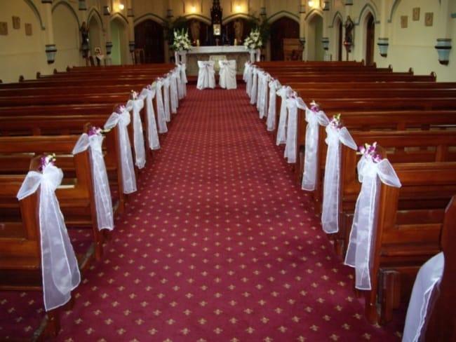 Igreja com decoração simples para casamento