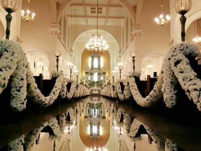 Igreja com tapete espelhado e flores brancas