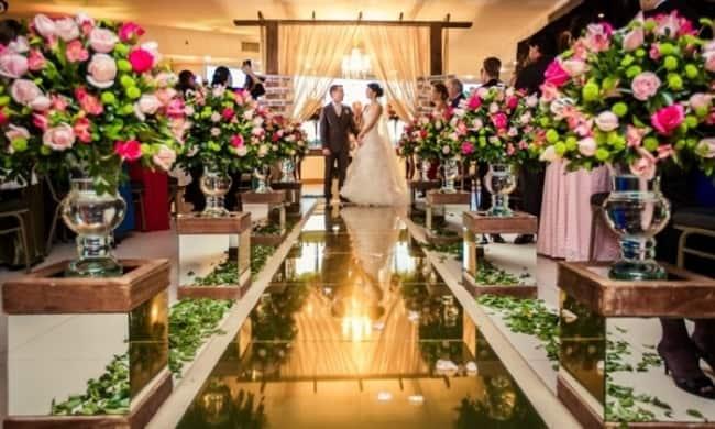 Igreja com tapete espelhado e flores coloridas