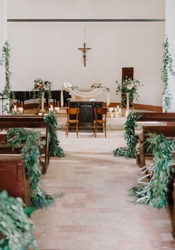 Igreja decorada com folhagens