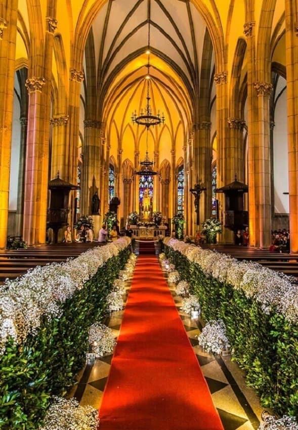 Igreja decorada com tapete vermelho