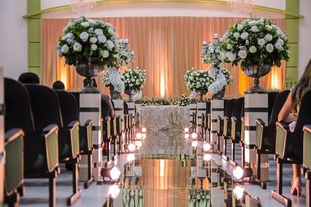 Igreja evangélica com tapete espelhado e flores brancas