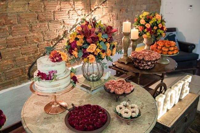 Mesa do bolo em jantar de noivado rústico