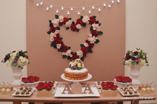 Mesa do bolos simples de noivado