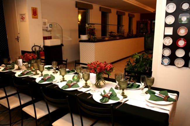 Mesa posta em restaurante para noivado em família
