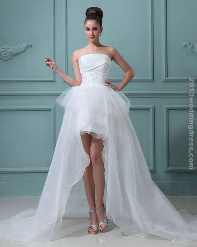 Noiva com vestido tomara que caia curto na frente
