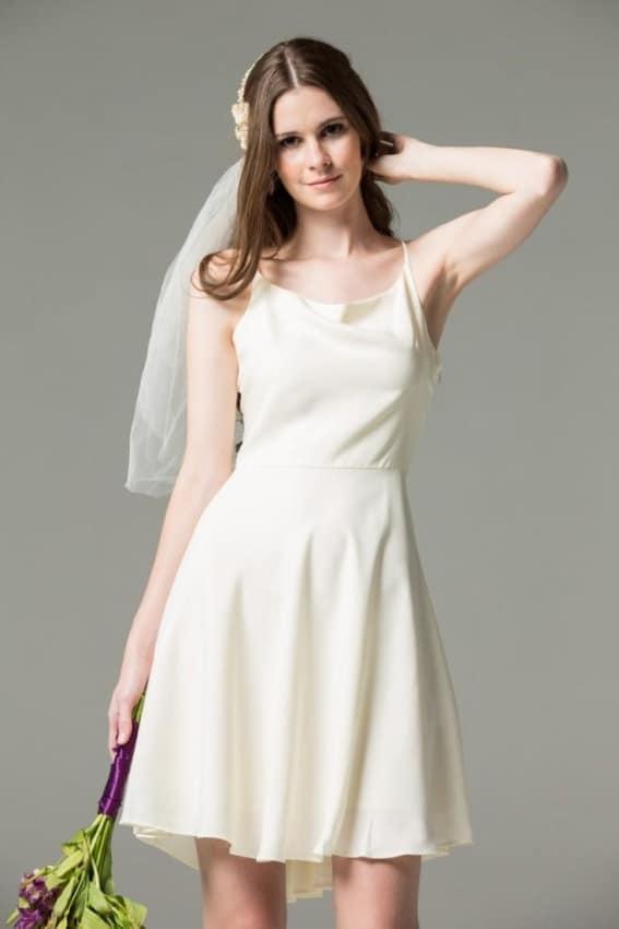 Noiva minimalista com vestido curto