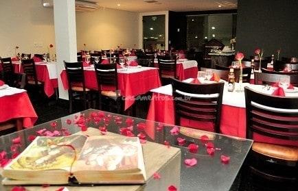 Restaurante decorado para noivado