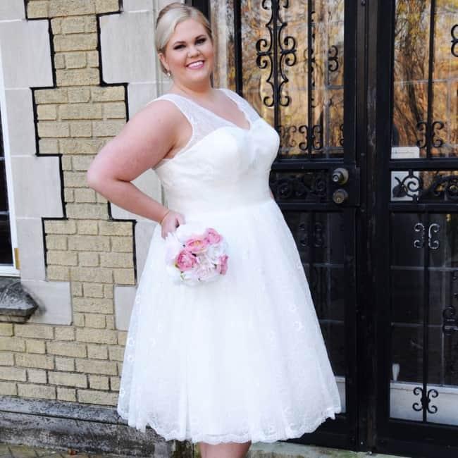Vestido curto para noiva plus size