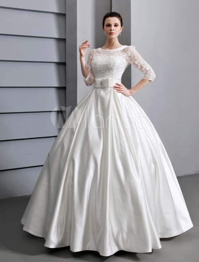Vestido de noiva com manga rendada e laço na cintura