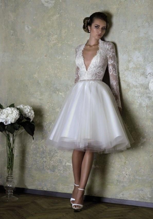 Vestido de noiva curto com manga longa rendada