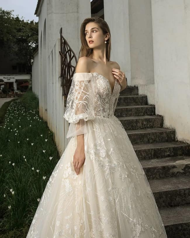 Vestido princesa de noiva com mangas bufantes transparentes