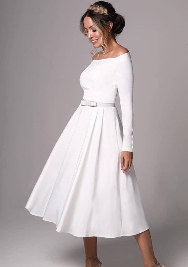 Vestido simples e clássico midi com manga longa