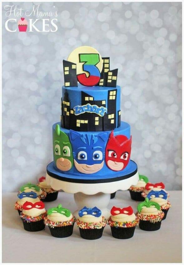 bolo dos PJ Masks com cupcakes temáticos
