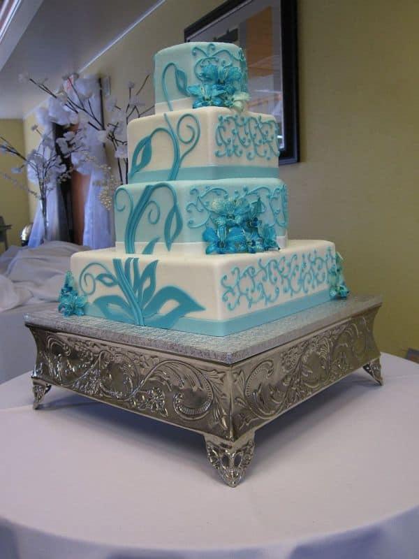 bolo quadrado azul e branco com quatro andares