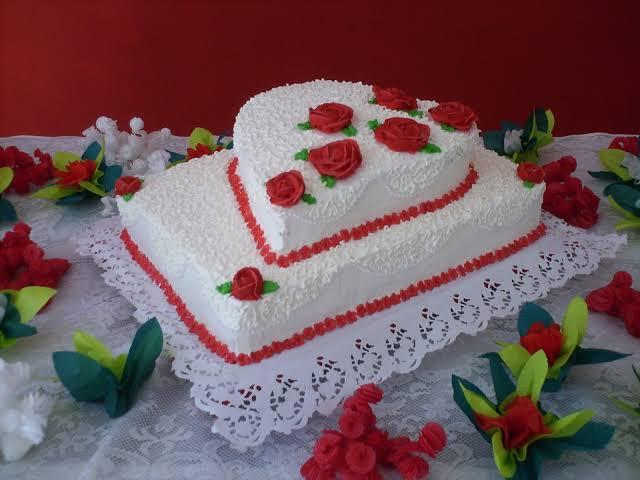 bolo quadrado de casamento com coração de dois andares