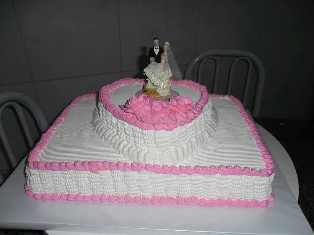 bolo quadrado de casamento com coração rosa