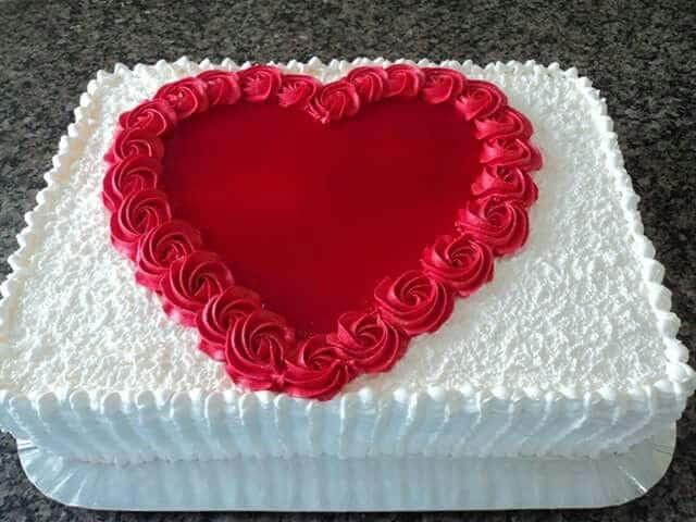 bolo quadrado de casamento com coração simples