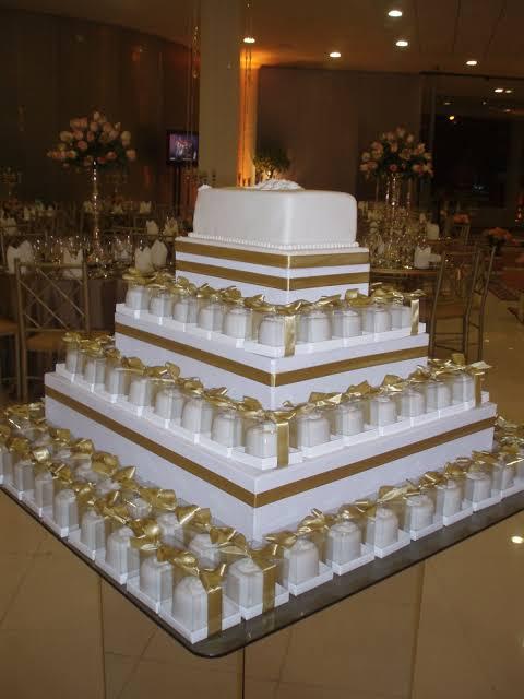 bolo quadrado de casamento dourado fake