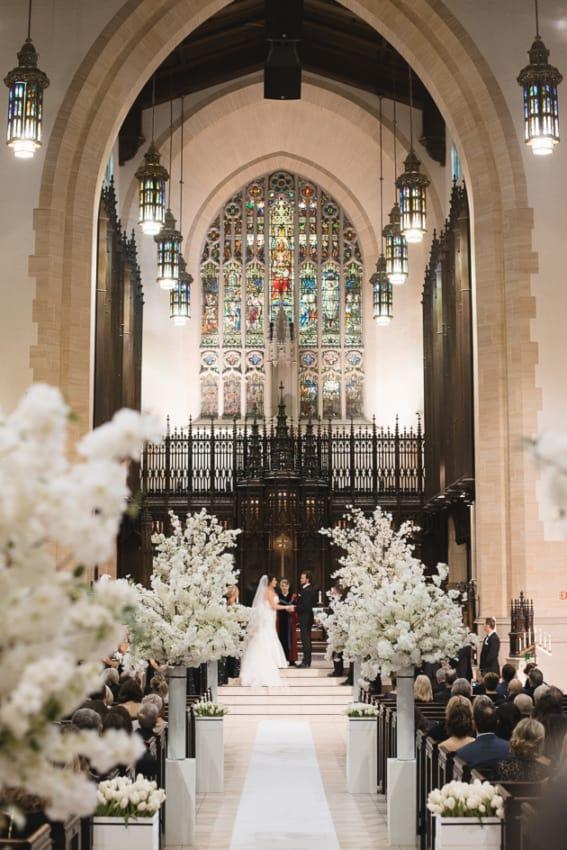 linda decor de casamento perfeito na igreja