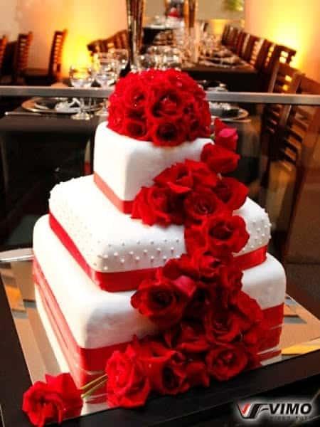 lindo Bolo de casamento vermelho e branco