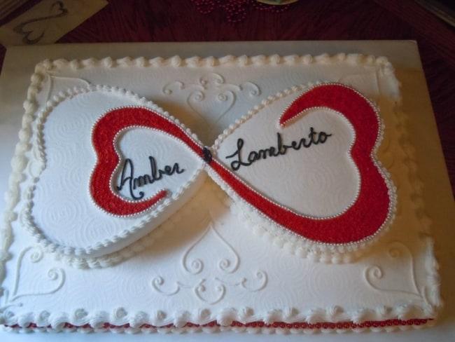 maravilhoso bolo quadrado de casamento com coração