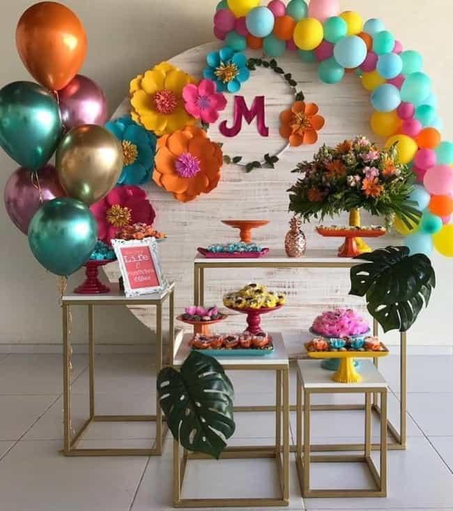 decoração colorida e simples para 15 anos