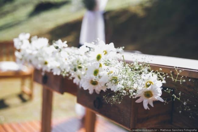 casamento simples decorado com margaridas
