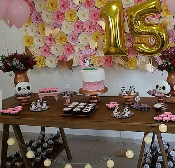 decoração com flores de papel em festa de 15 anos