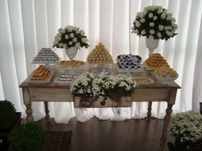 casamento decorado com flores brancas