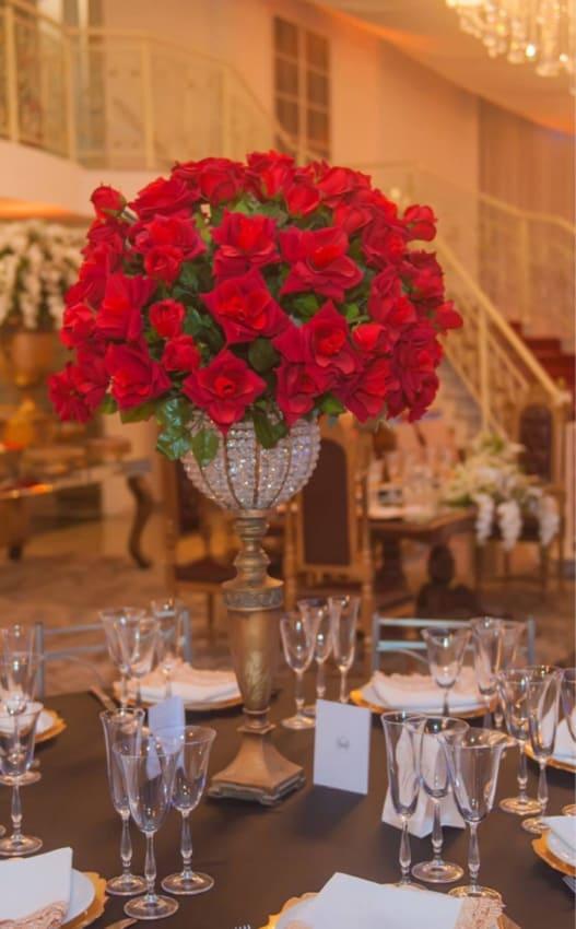 casamento decorado com rosas artificiais