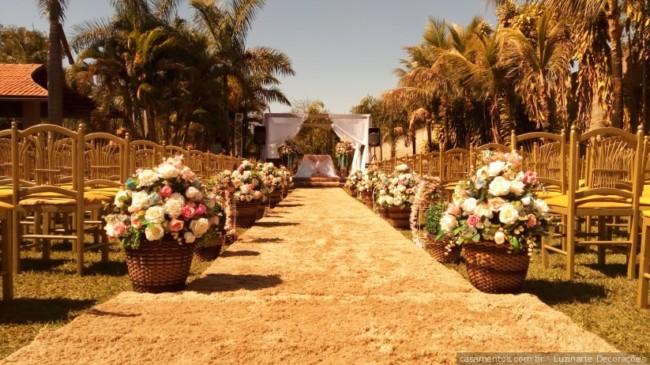 cerimônia de casamento decorada com flores artificiais