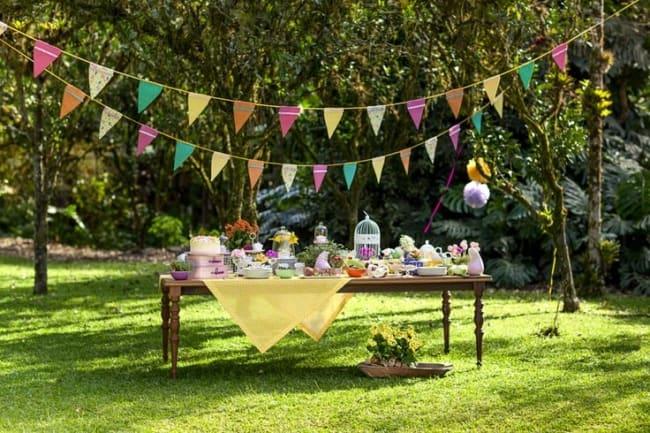 decoração colorida para festa no jardim