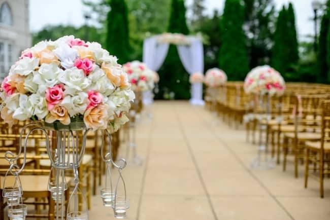 flores de seda na decoração de casamento