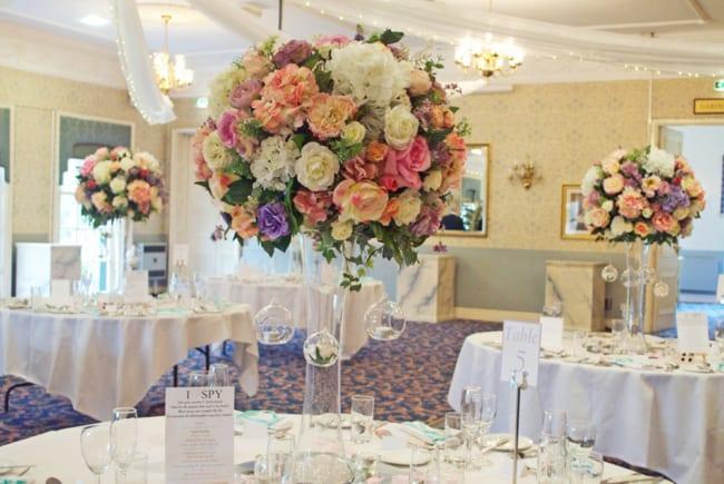 mesas decoradas com arranjos artificiais