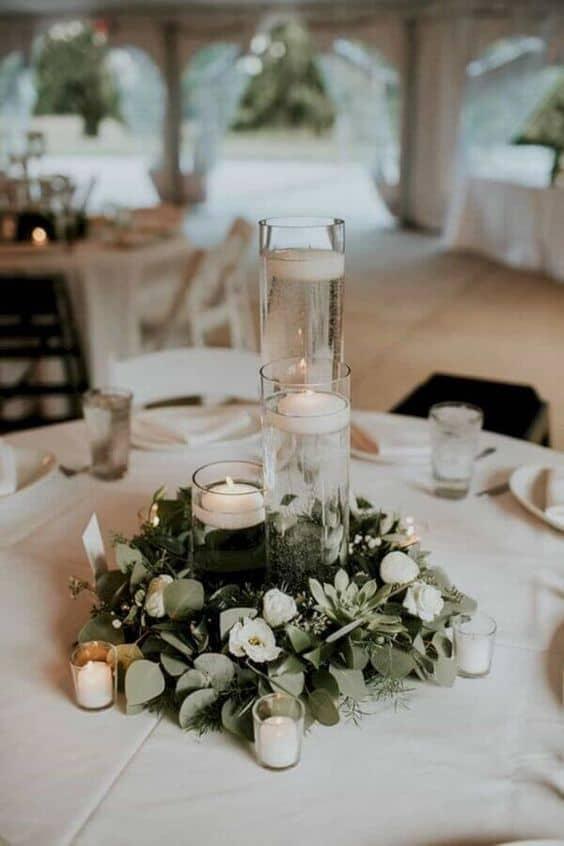 arranjo de mesa simples com velas