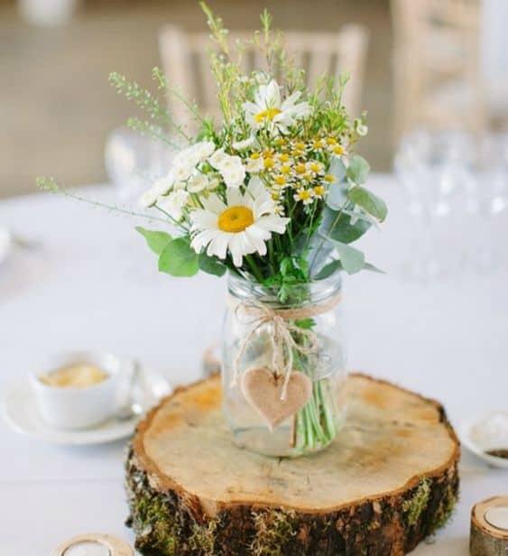 arranjo de mesa com flores do campo