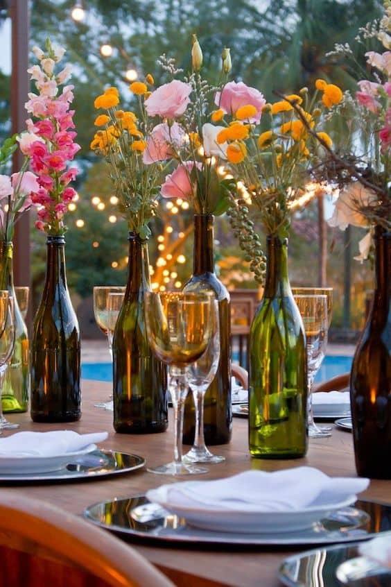 arranjos de mesas com garrafas de vinho