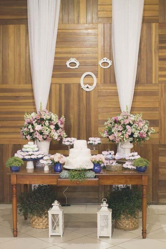 mesa de bolo de casamento decorada