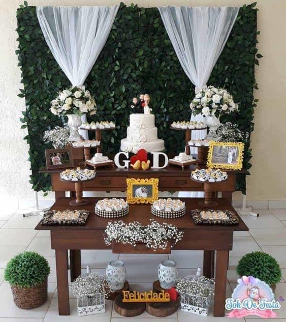 mesa do bolo com fundo de folhagens