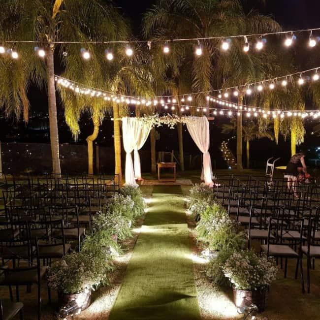 cerimônia de casamento decorada com cordão de luzes